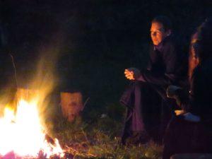 """Genieten van de verhalen van """"De VertelSter' de warmte van het vuur en het gezelschap."""