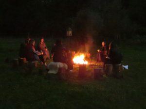 De VertelSter Marijke Goossens aan het werk tijdens de vuurcirkel mét een verhaal. Heerlijk bij het vuur.